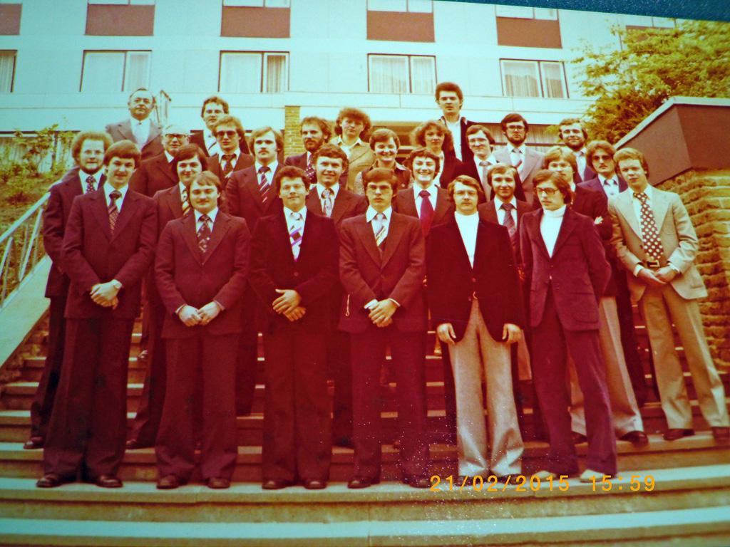 Die Abiturientia von 1978 auf der Klostertreppe mit Josef Beyer und Pater Emil Fuhr.