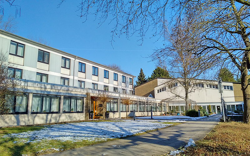 Hier haben die Patres gelebt und gewirkt. Nach 95 Jahren verlassen sie nun Biesdorf. Das Foto zeigt das Patreswohnheim und die Kapelle im Januar 2017.