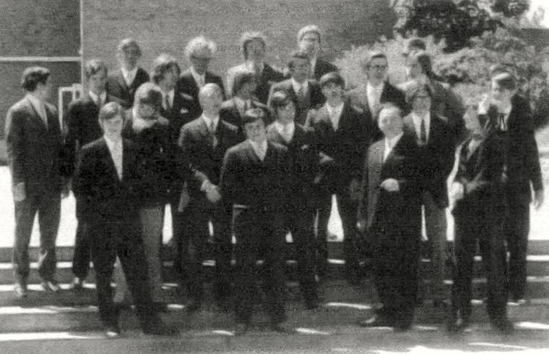 """Georg Cremer erläutert zu diesem Foto: """"Ich stehe auf dem Bild in der untersten Reihe ganz rechts und hebe gerade meine linke Hand. Herr Beyer steht links neben mir. Hinter mir steht Leo Bormann, links von ihm Markus Brill. In der dritten Reihe der Zweite von rechts mit der Brille ist Bruno Schulte, quasi direkt hinter unserem Klassenlehrer Herrn Beyer stehend, ganz links zurückschauend ist Wolfgang Fixemer."""""""
